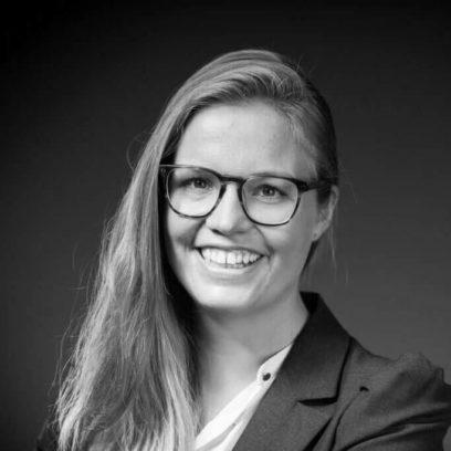 Portrait von Laura Kühn (schwarz-weiß)